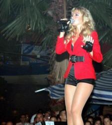 Hadise sahnede şarkı söylüyor